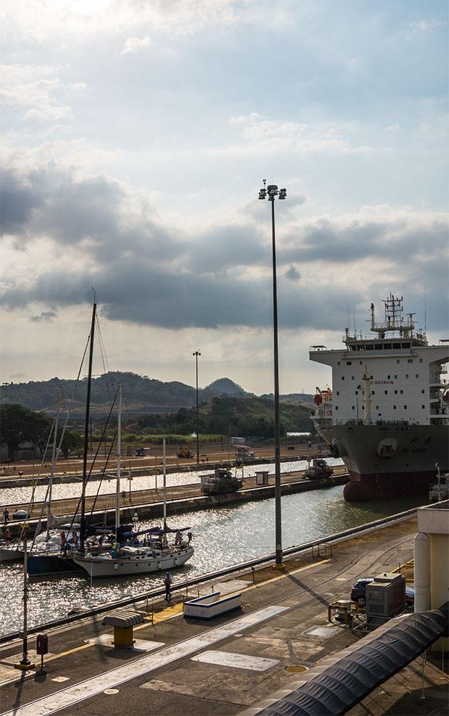 cargo sur le canal de panama city