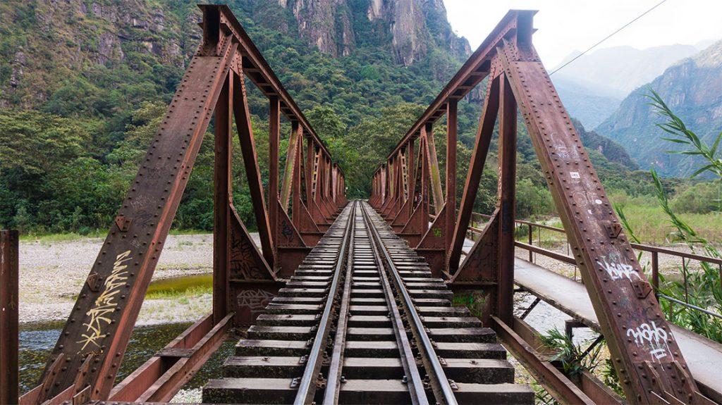 le long des rails vers le machu picchu
