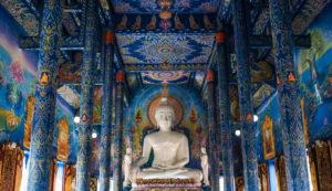 bouddha dans le temple bleu à visiter à chiang rai