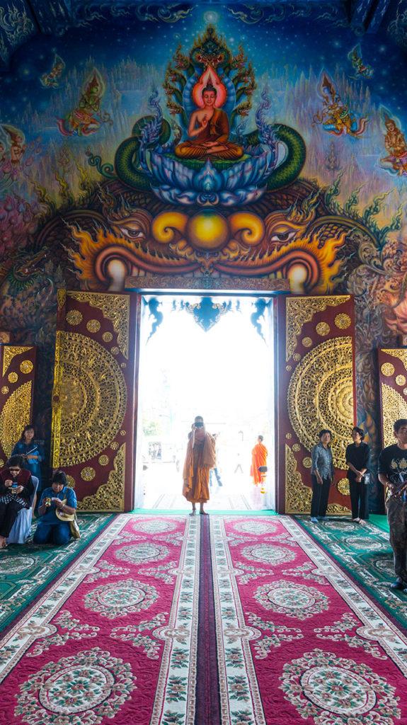 moine dans le temple bleu à chiang rai