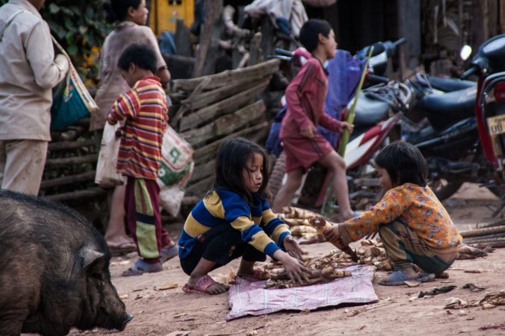 enfants lors d'un trek au nord du laos