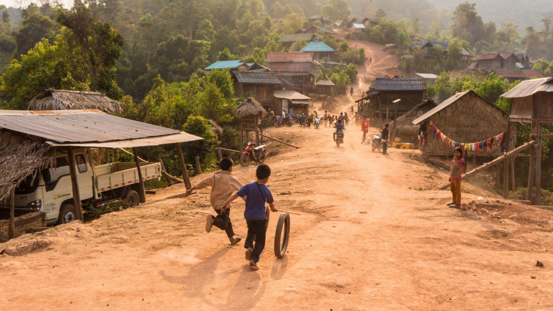 j3-village-akkha-enfants-qui-jouent_HD